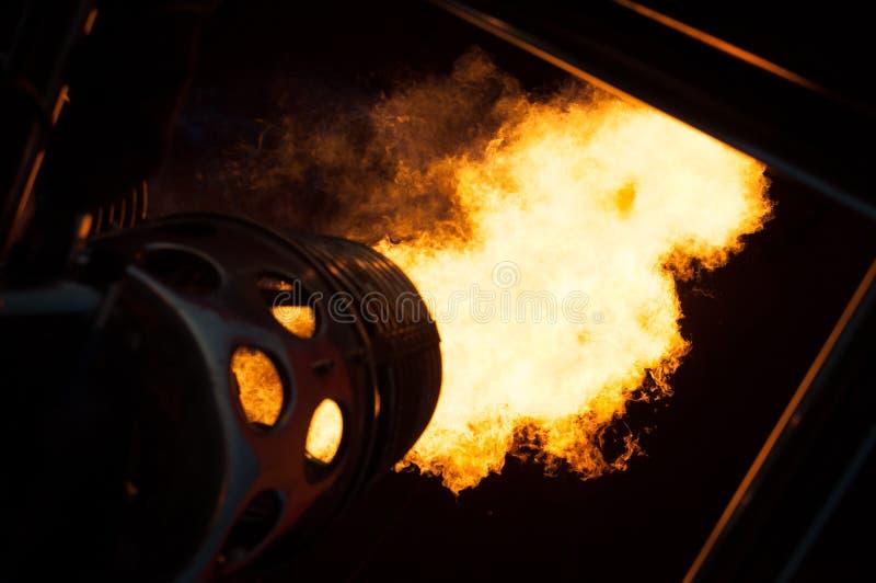 Пламена в ноче для того чтобы нагреть вверх горячий воздушный шар стоковое фото rf