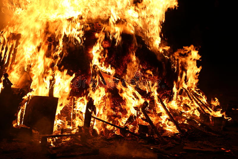 Пламена огня во время страшного огня стоковое изображение rf