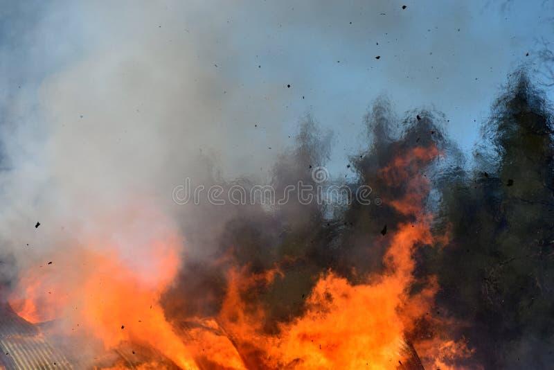 Пламена от горящего дома стоковое фото rf