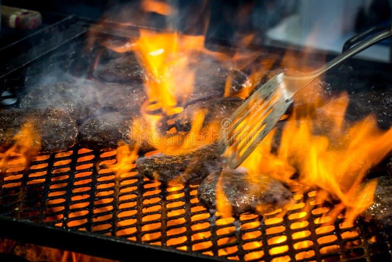 Пламенеющие бургеры стоковые изображения