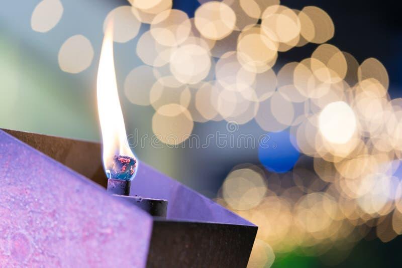 Пламенеющие факел или свеча в саде, красивой предпосылке bokeh, съемке конца-вверх макроса стоковое фото