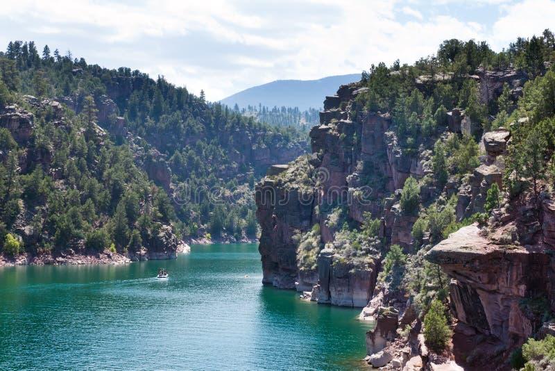 Пламенеющий резервуар ущелья (UT): красивые скалы и изумрудное wate стоковые фотографии rf