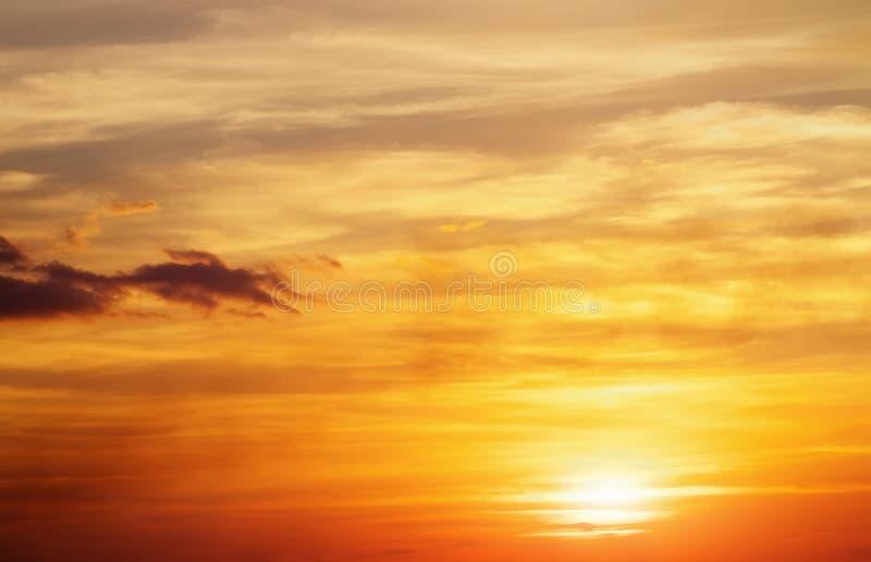 Пламенистое оранжевое небо захода солнца стоковое изображение