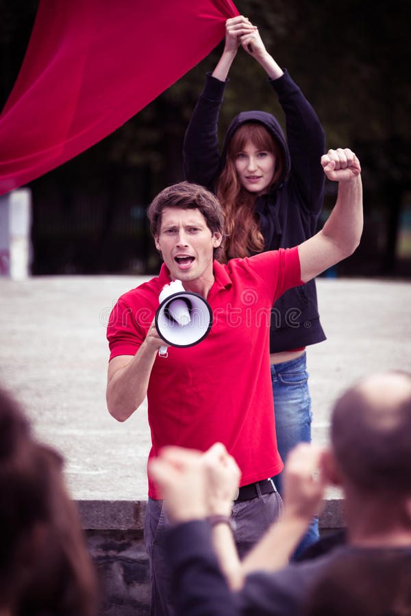 Пламенная речь молодого руководителя бунта стоковые изображения