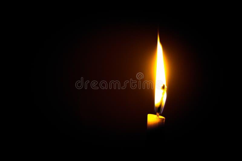 пламя свечки предпосылки черное одиночное стоковая фотография rf