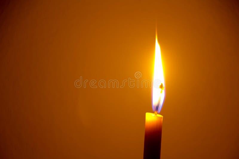 пламя свечки предпосылки черное одиночное стоковое изображение