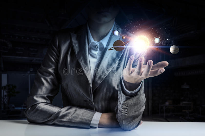 Download Планеты идя вокруг солнца Мультимедиа Стоковое Фото - изображение насчитывающей женщина, коммерсантка: 81809138
