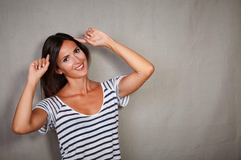 Планирование дамы брюнет с думая жестом стоковые фото