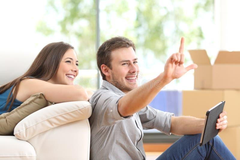 Планирование пар и moving дом стоковые фотографии rf