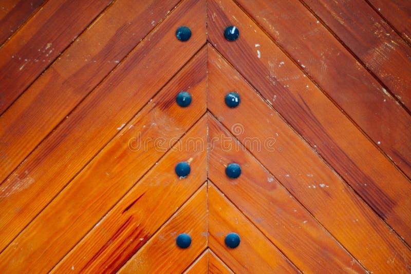 Планки древесины с железной предпосылкой заклепок стоковое фото
