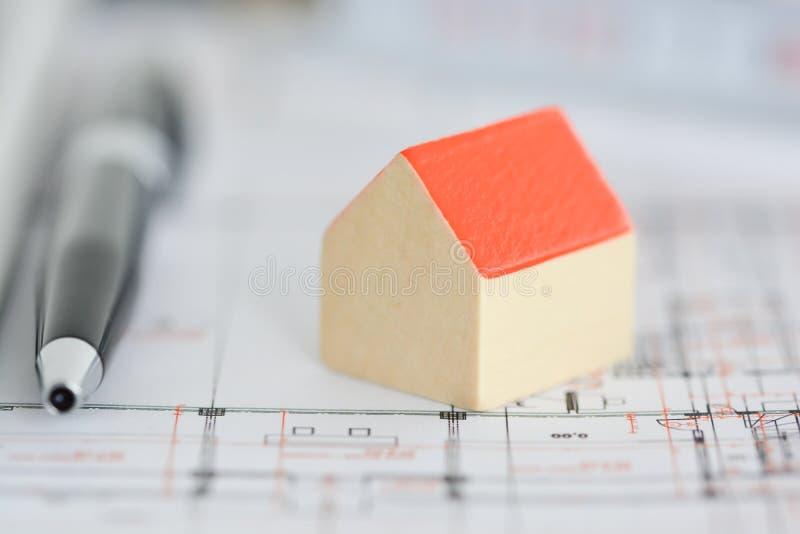 Планы архитектуры здания с домом маленькой модели na górze светокопий стоковые фото