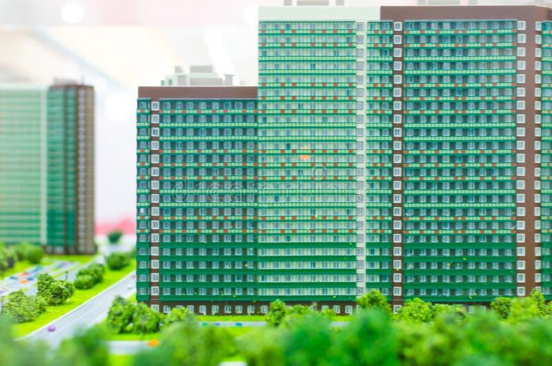 План города Часть города с домом, улицей, автомобилем моделирует стоковые фото