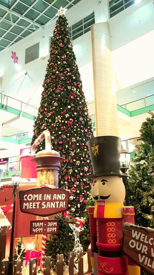 План-график Санты посещая и мол Абу-Даби рождественской елки стоковые фото