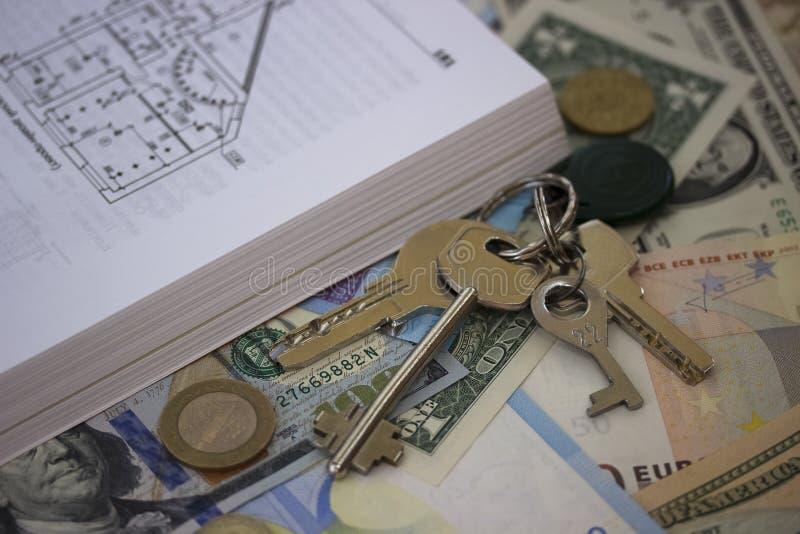 План здания пользуется ключом наличные деньги и чеканится предпосылку стоковое изображение rf