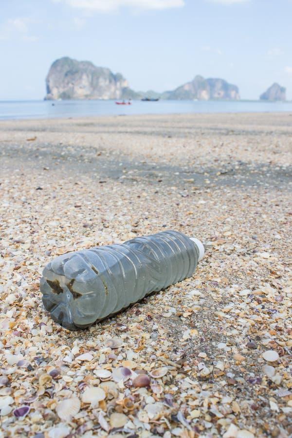 Пластичная бутылка на пляже стоковые фото