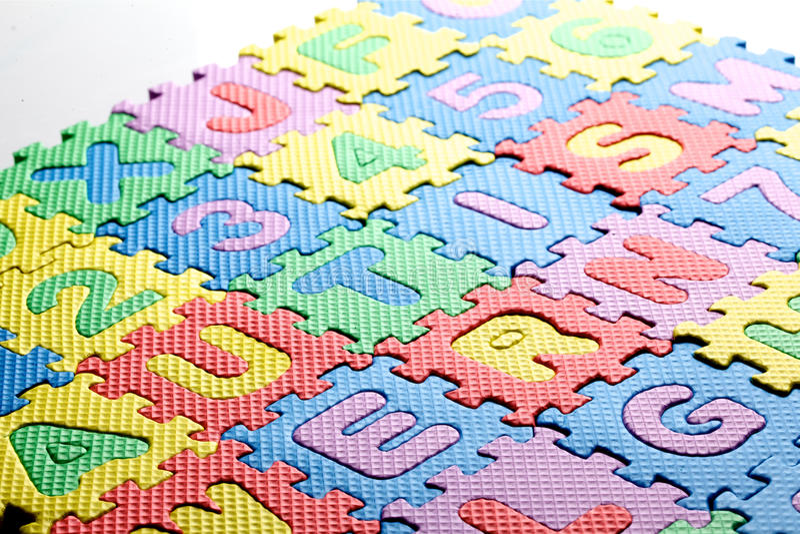 Пластичная игрушка помечает буквами говорить аутизм по буквам слова стоковое изображение rf