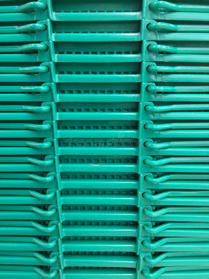 Пластичная корзина в супермаркете стоковые изображения
