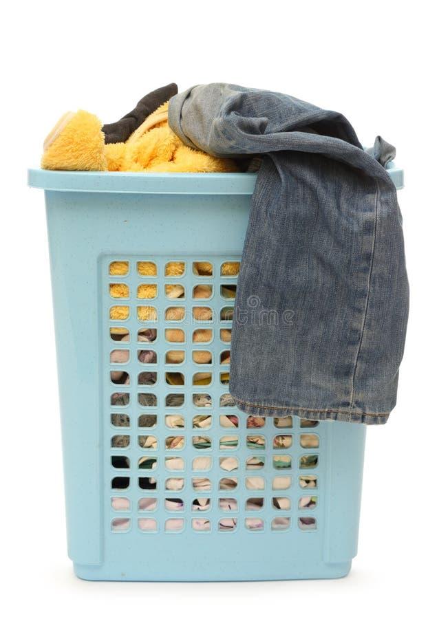 Пластичная корзина с одеждами стоковая фотография rf