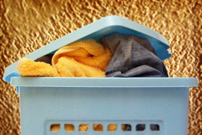 Пластичная корзина с одеждами стоковые изображения rf