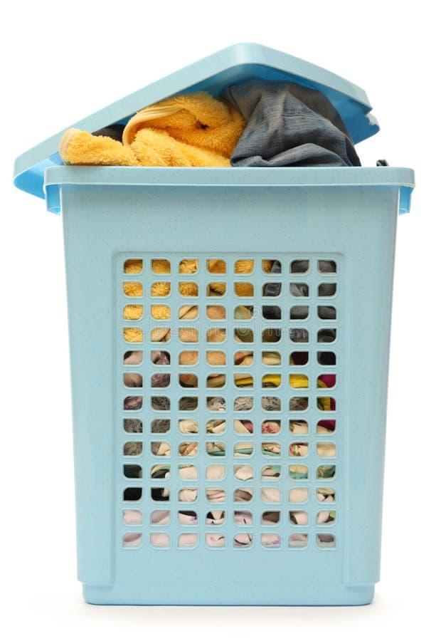 Пластичная корзина с одеждами стоковые фотографии rf