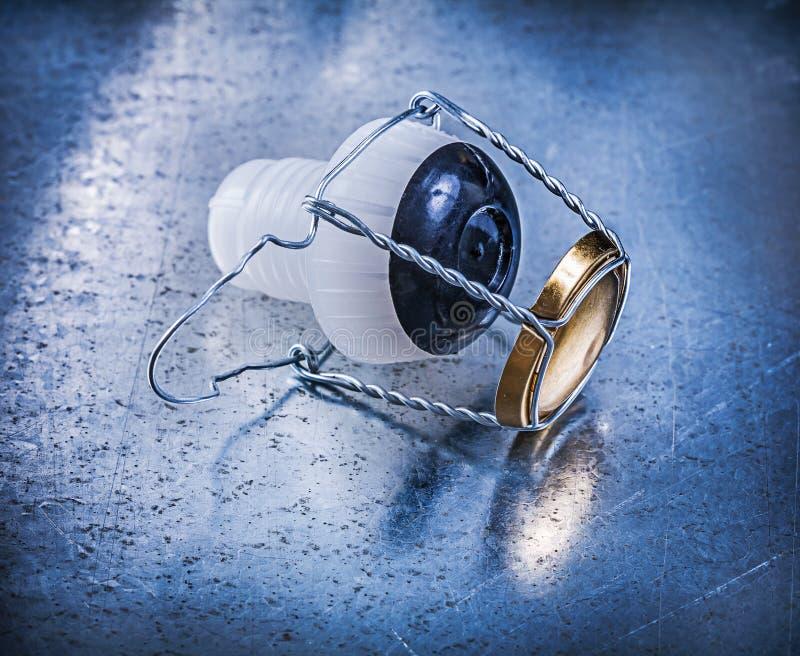Пластичная штепсельная вилка пробочки с переплетенным проводом на металлической предпосылке стоковая фотография rf