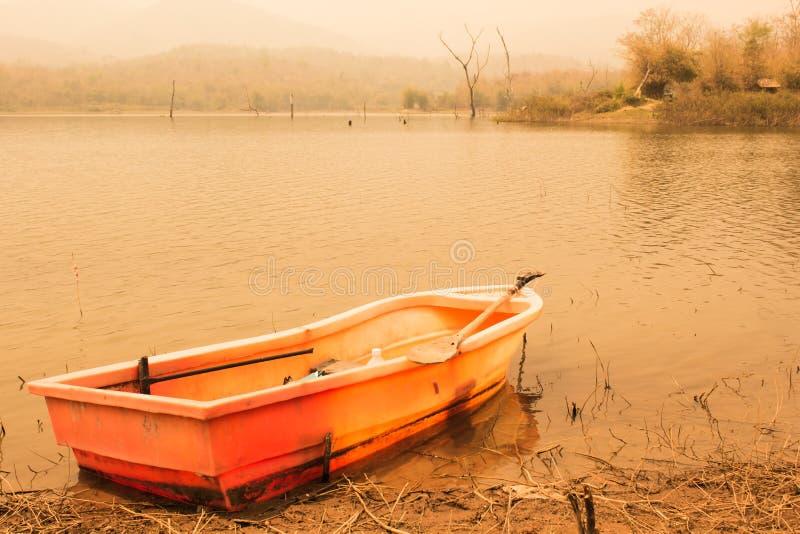 Пластичная шлюпка в озере, винтажном стиле стоковые изображения