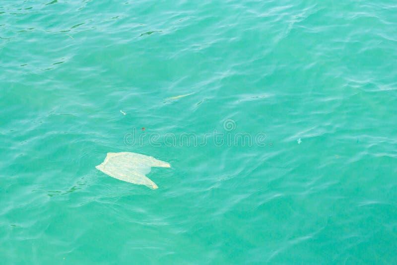 Пластичное загрязнение моря стоковая фотография rf