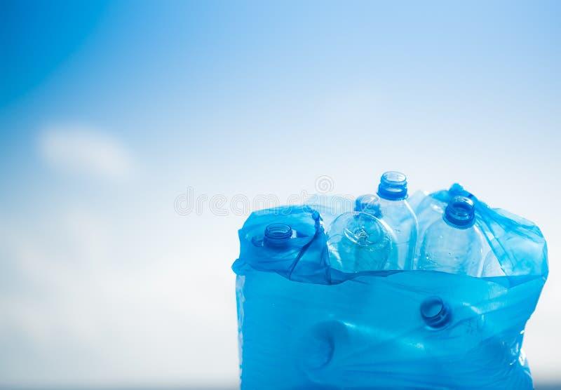 Пластичные бутылки в полиэтиленовом пакете стоковое изображение rf