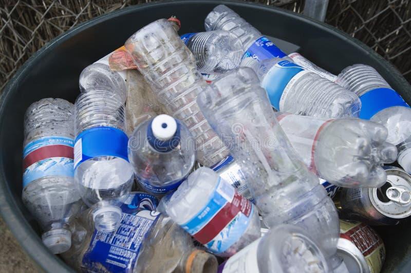 Пластичные бутылки в ящике стоковые изображения