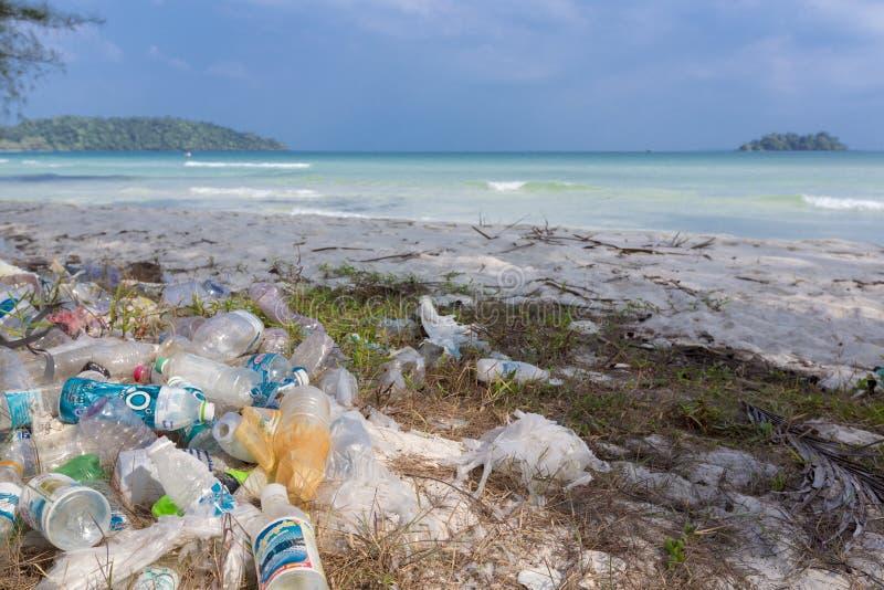 Пластичные бутылки, отброс и отходы на пляже Koh Rong, Ca стоковые изображения