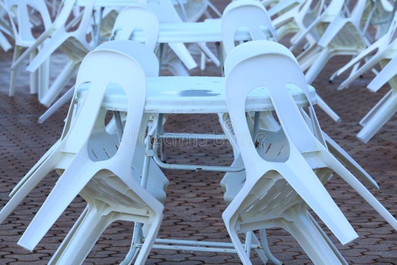 Пластичные стулья и таблицы стоковое изображение rf