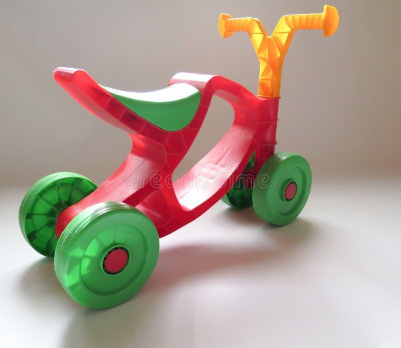 Пластичный красный цвет с зеленым велосипедом для детей стоковые фотографии rf