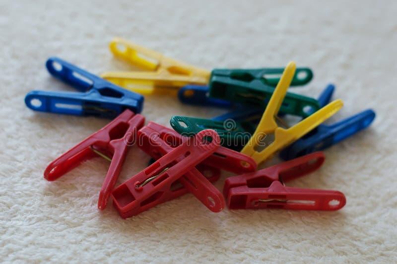 пластмасса clothespins цветастая стоковые изображения
