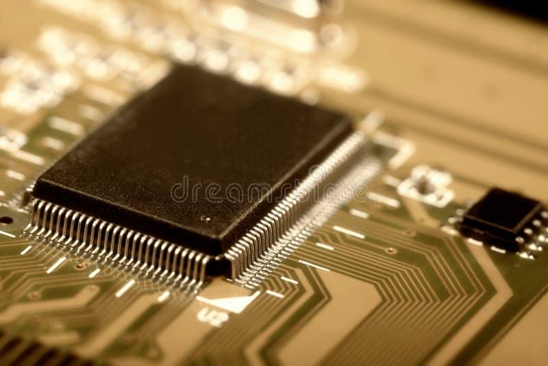 Плата с печатным монтажом с электрическими деталями стоковые фотографии rf