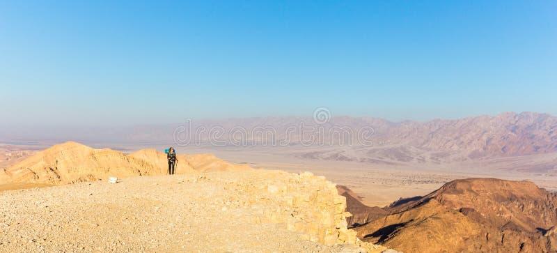 Плато горы пустыни женщины Backpacker туристское идя каменное стоковое изображение