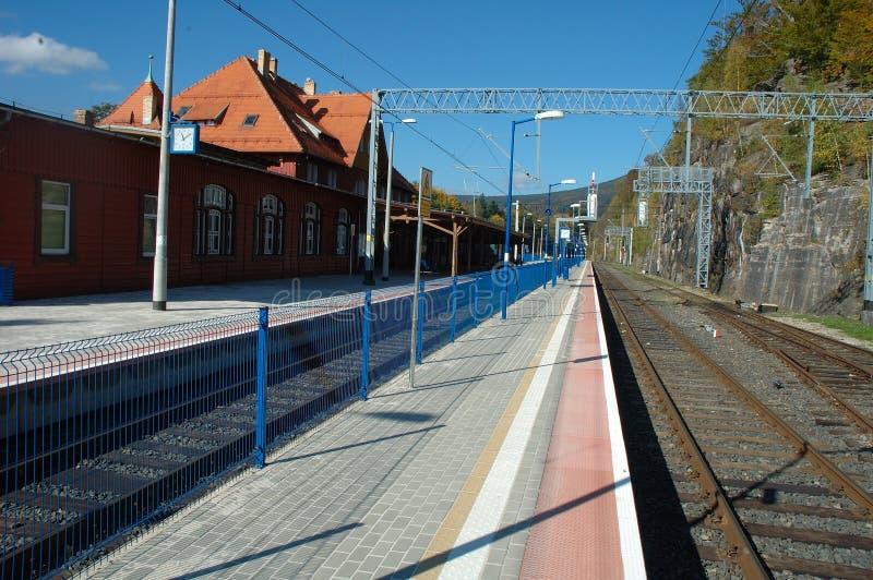 Платформа и железнодорожные пути на железнодорожном вокзале стоковые фотографии rf