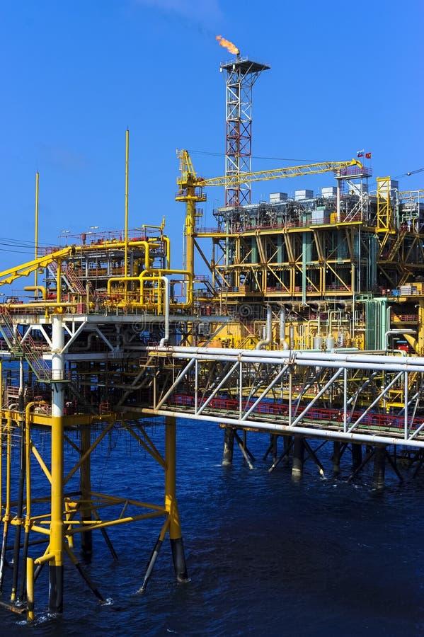 Платформа нефти и газ в оффшорной индустрии, стоковые фото