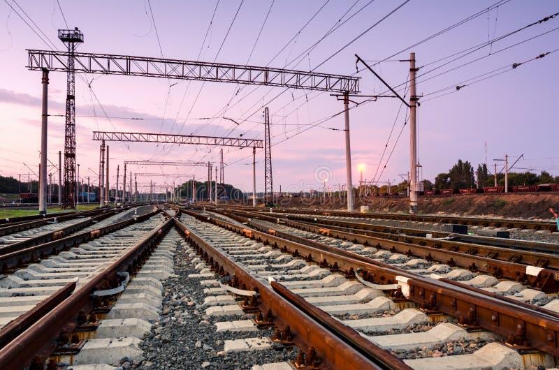 Платформа поезда груза на заходе солнца железнодорожный вокзал стоковые фотографии rf
