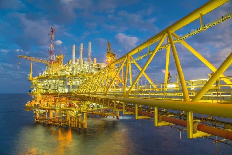 Платформа продукции нефти и газ на утре, нефтяном бизнесе нефти и газ в Таиланде стоковое изображение