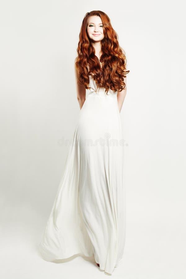 Платье блестящей женщины Redhead нося белое стоковые фотографии rf