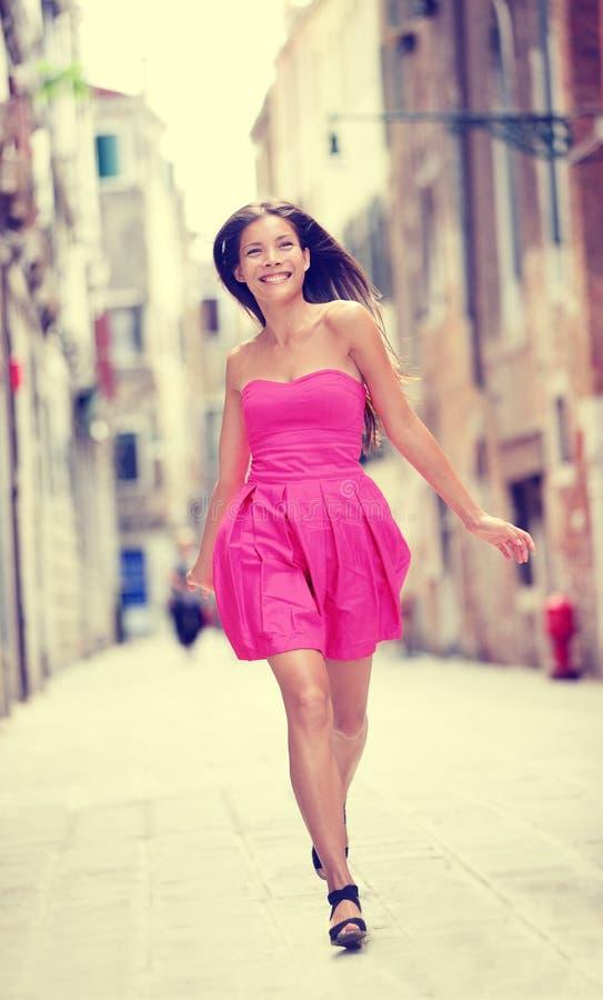 Платье лета - счастливая красивая женщина в Венеции стоковое изображение