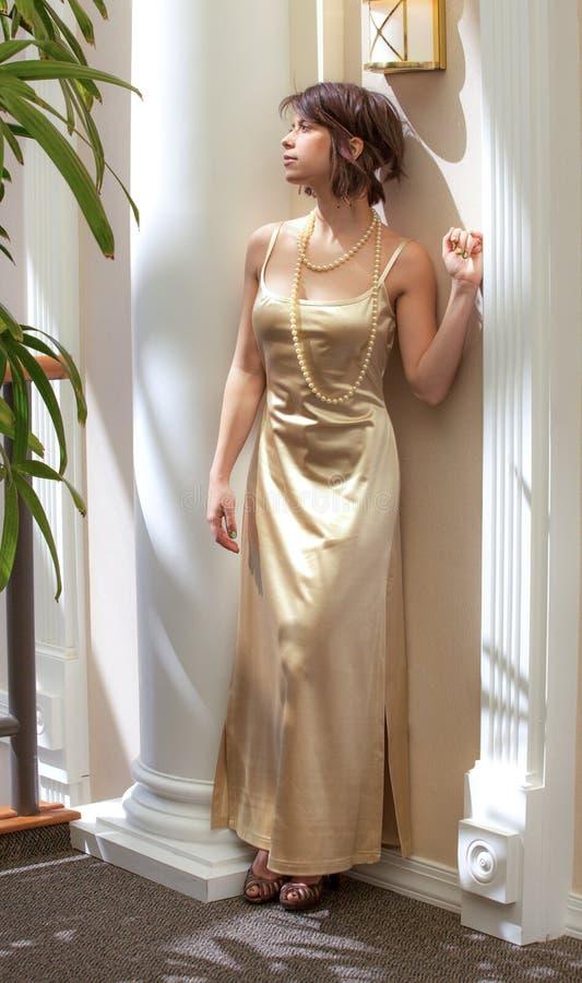 Платье и жемчуга золота стоковая фотография rf