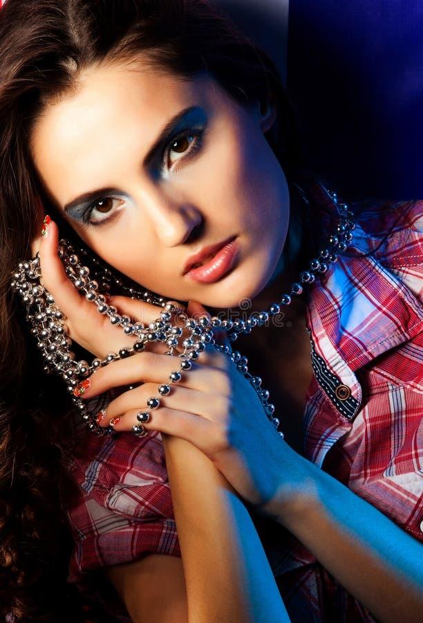 Платье милой женщины брюнет нося на темной предпосылке стоковая фотография rf
