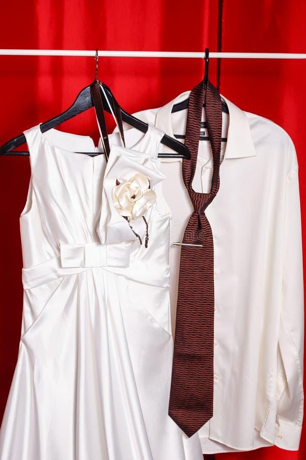 Платье свадьбы и рубашка groom стоковое фото