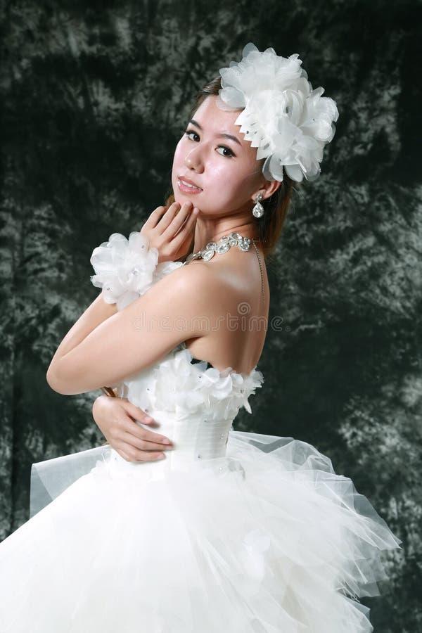 Платье свадьбы невесты нося стоковые изображения rf