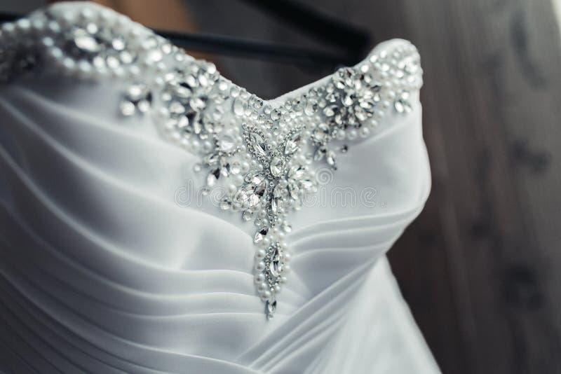 Платье свадьбы с жемчугами стоковая фотография rf