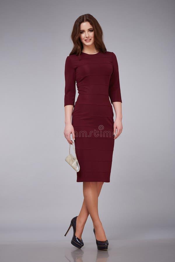 Платье, состав и прическа красивой молодой сексуальной дамы женщины стильное элегантное модное для dat прогулки деловой встречи в стоковая фотография rf