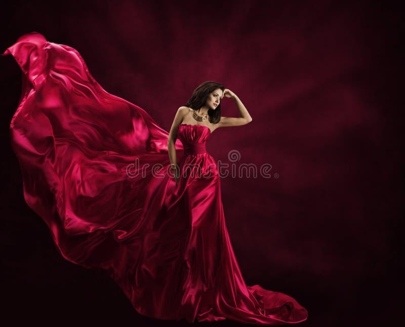 Платье фотомодели, женщина в мантии летания, развевая Silk ткани стоковая фотография