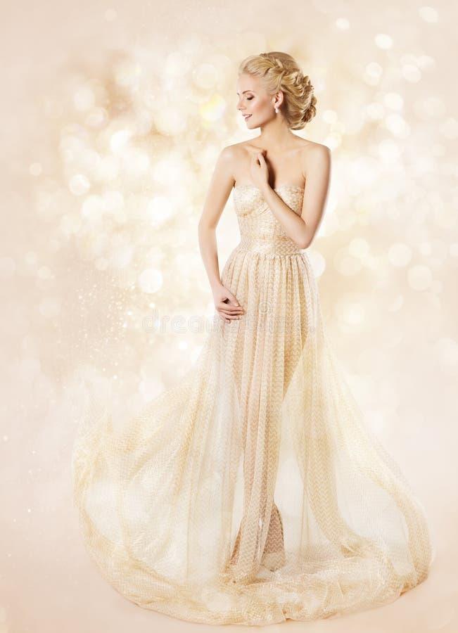 Платье фотомодели длинное, красота женщины, элегантная девушка представляя мантию стоковая фотография