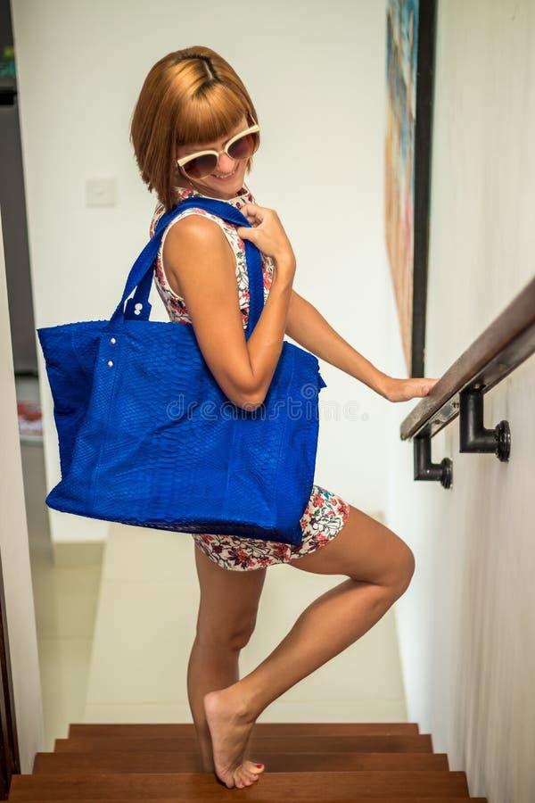 Платье цветка молодой женщины очарования нося представляя с роскошной handmade сумкой питона snakeskin красивейшая девушка стильн стоковое фото